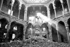 Biblioteca de Sarajevo. Imagen extraída de http://alicantemag.com/wp-content/uploads/2014/10/Biblioteca-Sarajevo-destruida.jpg