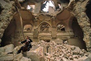 vedran-smailovic-tocando-su-chelo-en-la-biblioteca-en-ruinas-de-sarajevo